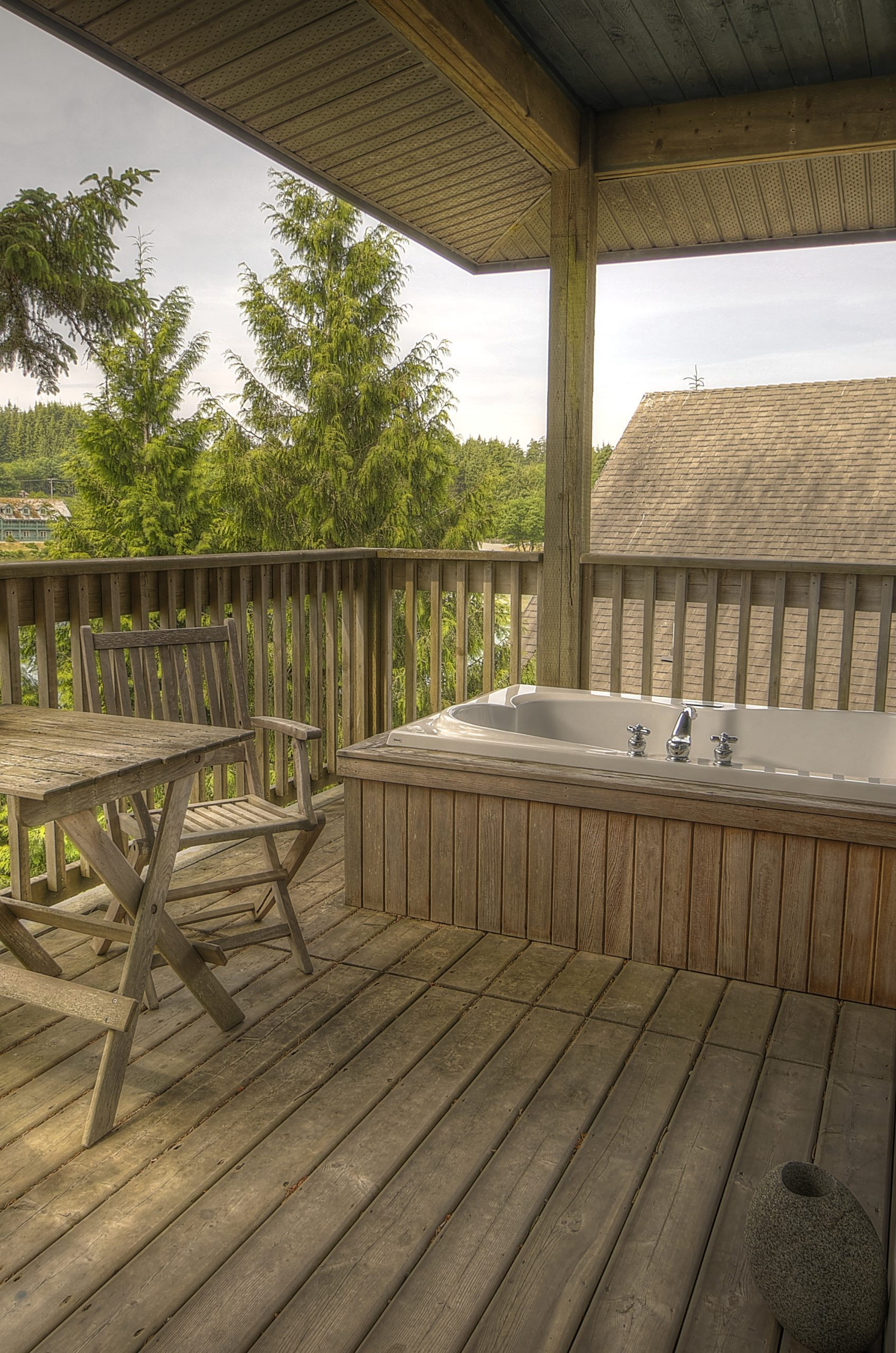 Image of jetted outdoor tub of deluxe suite at Water's Edge